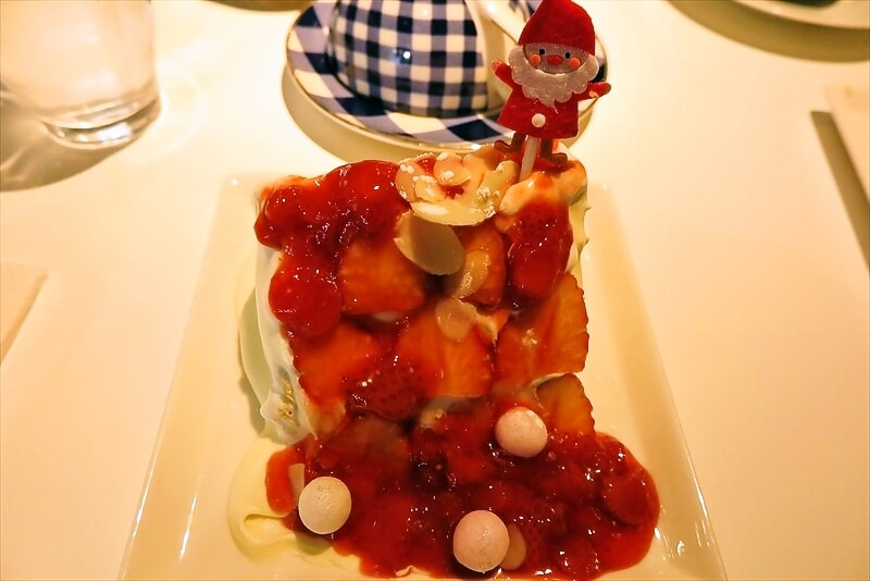 町田『セピアカフェ』シフォンケーキいちごソースのクリスマス感よ