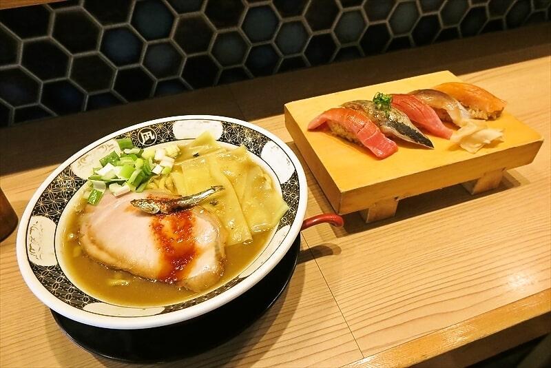 桜木町『すごい煮干ラーメン 野毛すし釣りきん』煮干しラーメンに寿司?