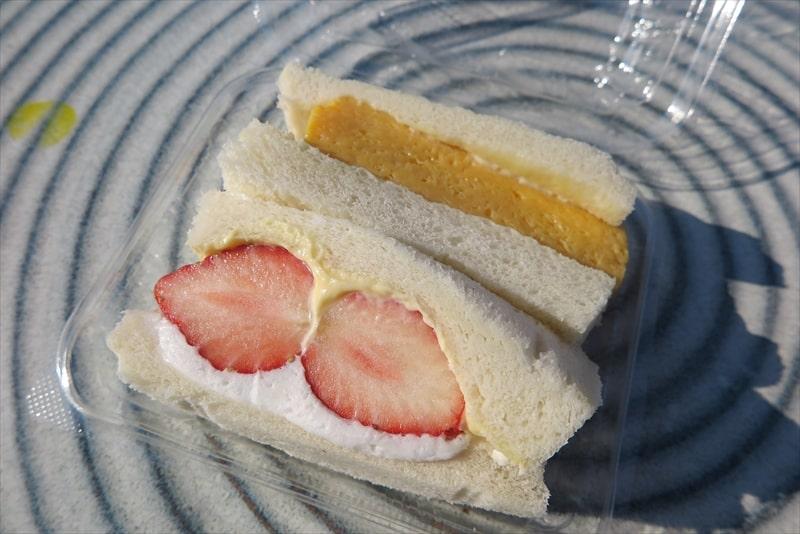玉子サンド研究所厚焼玉子といちごサンド2
