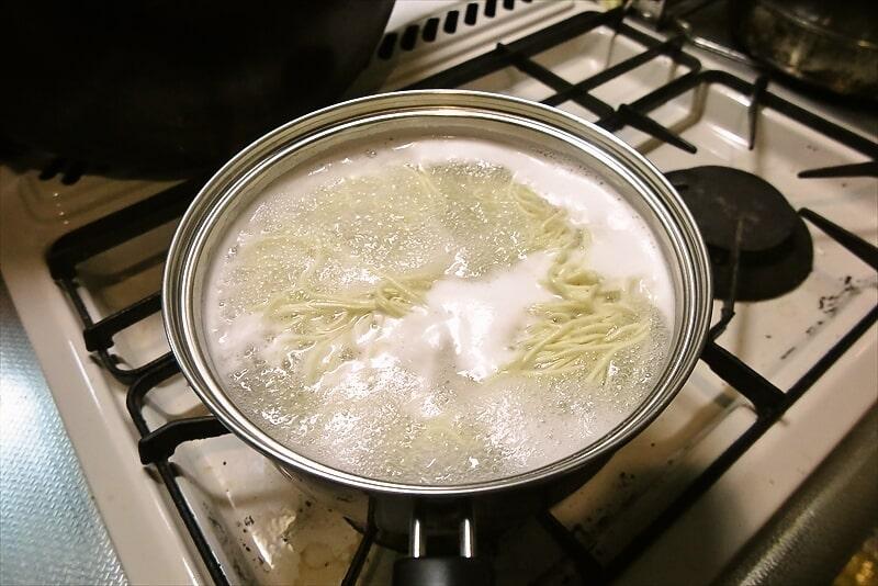 『CALIFORNIA』冷し塩煮干soba茹でる