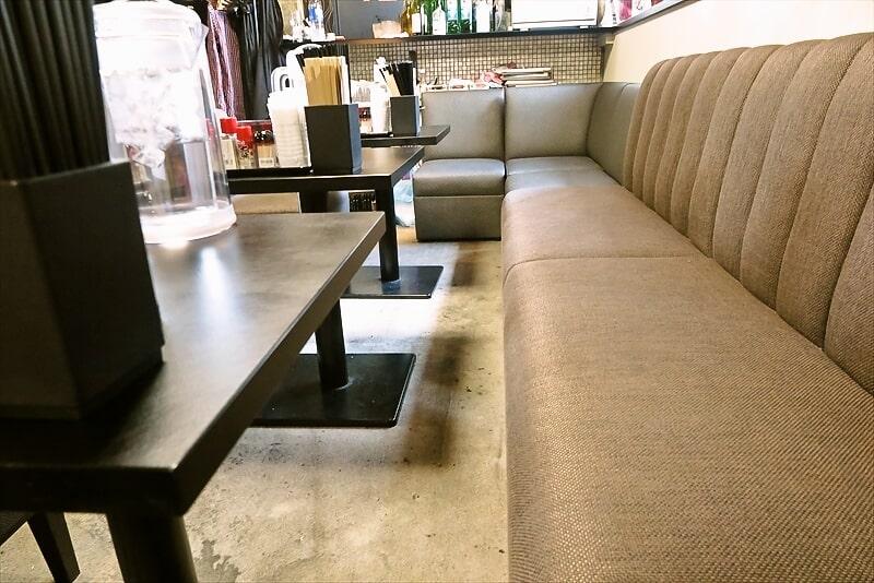 神極麺テーブル席