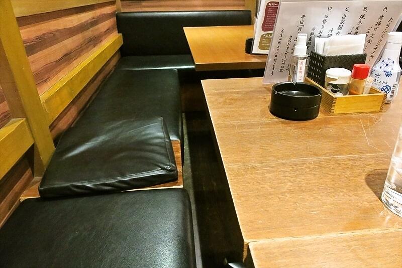 『たらふく酒場』テーブル席