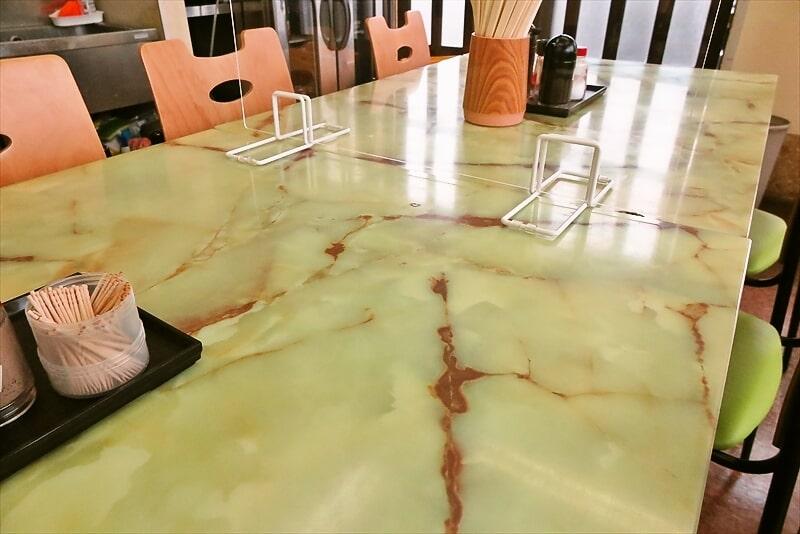 『よしの食堂』テーブル席